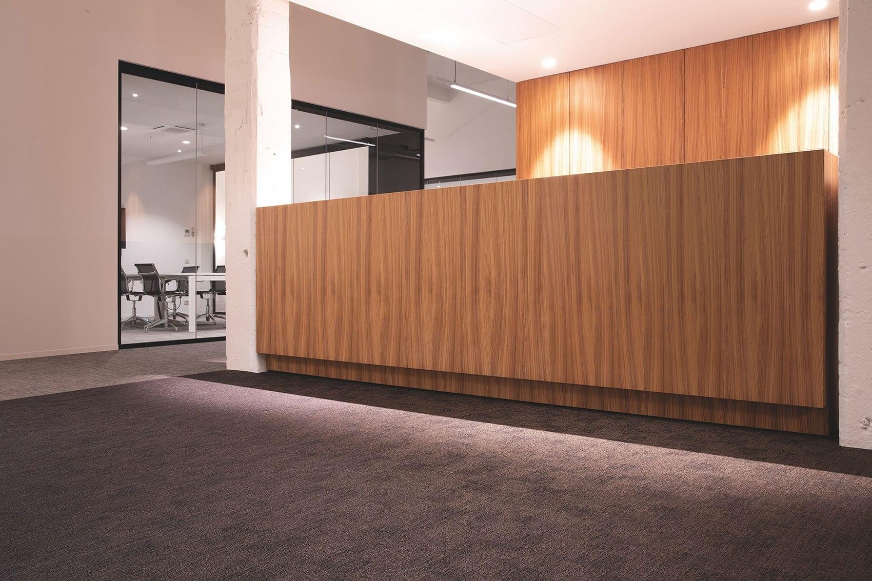 Banque d'accueil en bois sur-mesure par Wood-in Menuiserie